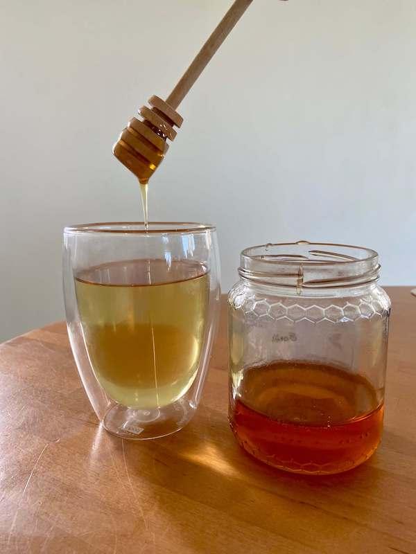 une tisane et un pot de miel